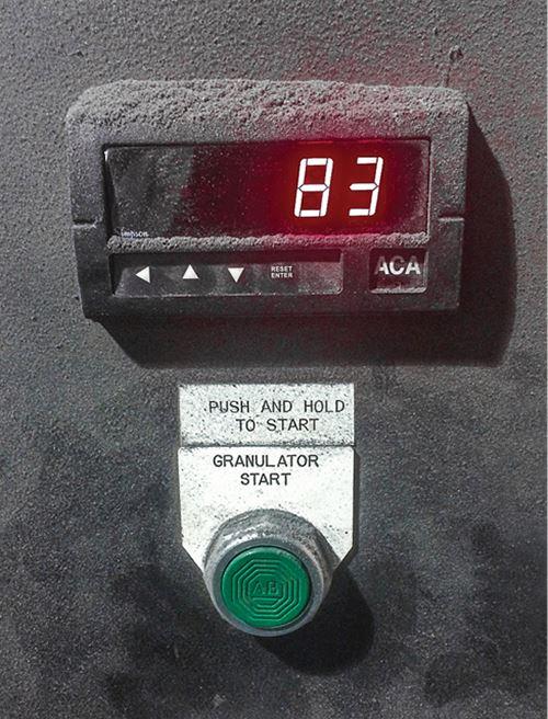 Amperímetro digital montado en el panel de control.