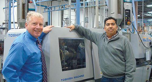 El propietario y director general Charles A. Sholtis (izquierda) y Art Bejar, quien representa a Toshiba con la firma representante de ventas Free Energy Inc.