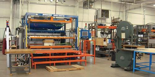 Las celdas de trabajo organizadas con secadoras de láminas y sierras de cinta