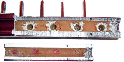 La imagen muestra una corrosión galvánica típica.
