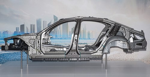 The body-in-white of the 7 Series is not just one type of material. Rather, it is a combination of metals and plastic. The B-pillar, for example, is a sandwich consisting of high-strength steels with a CFRP middle.