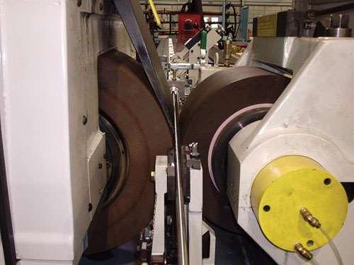 Centerless grinding machine