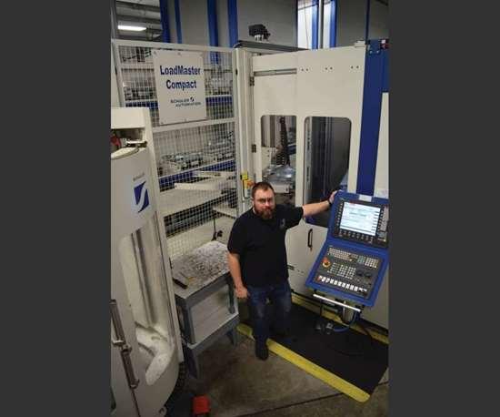 Dan Cardiff con una celula de mecanizado