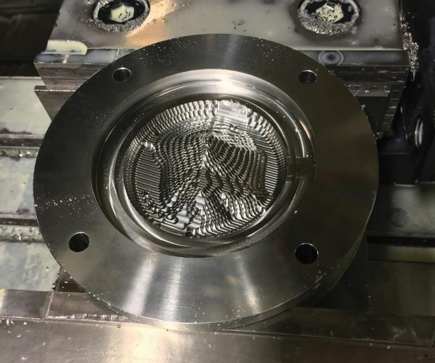 El desbaste del molde comienza con una fresa de extremo plano de 0,5 pulgadas. Eventualmente, estos se maquinan con una fresa de extremo de bola de 0.030 pulgadas.