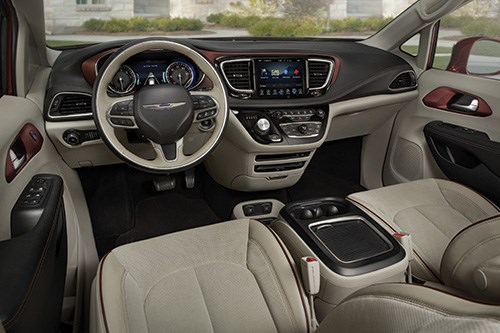 That large silver knob on the instrument panel is the gear selector for the nine-speed electronically controlled transmission. One characteristic of the cabin is that it is quite quiet, as there is standard active noise cancellation technology for all trim levels of the vehicle.