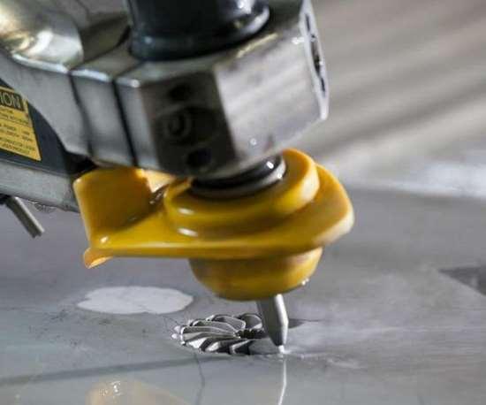 A Dynamic XD cutting head on a Flow Mach 4 machine cuts aluminum.