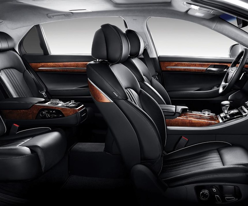 Plenty of wood, leather and technology. The driver's seat can be adjusted 22 ways. The front passenger's seat: 14.