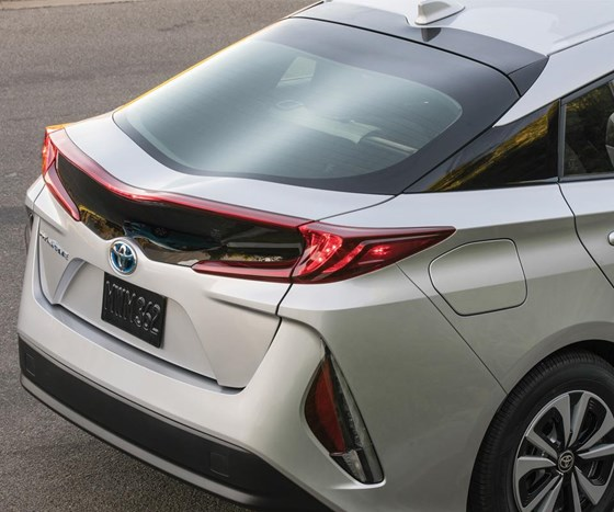 Note the waves in the rear glass. It is said to permit a slightly larger field of view for the driver than the standard backlight on the Prius Liftback. It should also be noted that underlying hatch structure is produced with carbon fiber for purposes of rigidity and mass reduction.