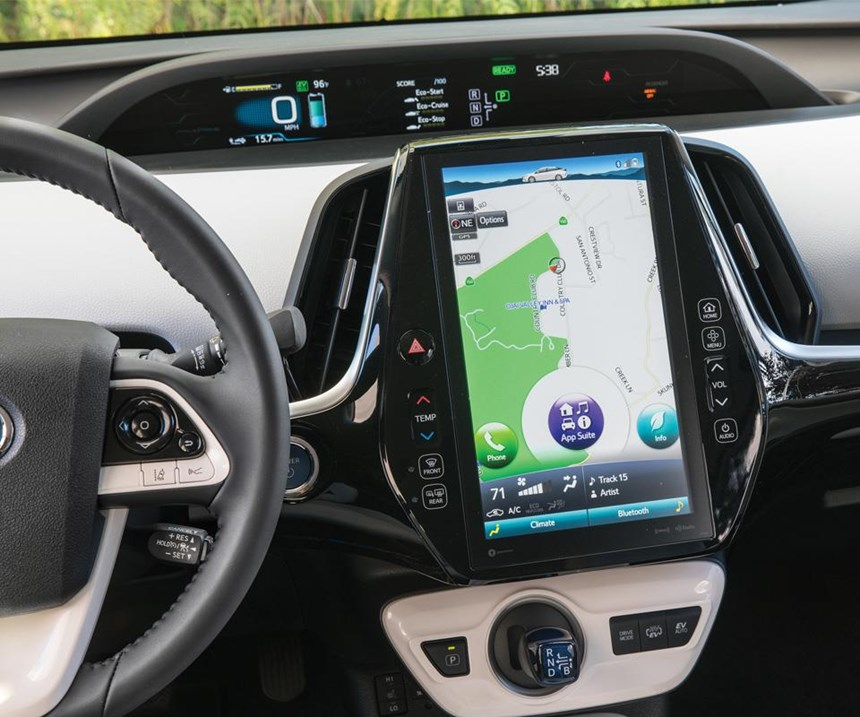 Inside there is an 11.6-inch screen. It can be operated with swipes and pinches like a smartphone. While it serves several functions, note that to the left of the screen there is a physical control to control the temperature and to the right a switch to control the audio volume.