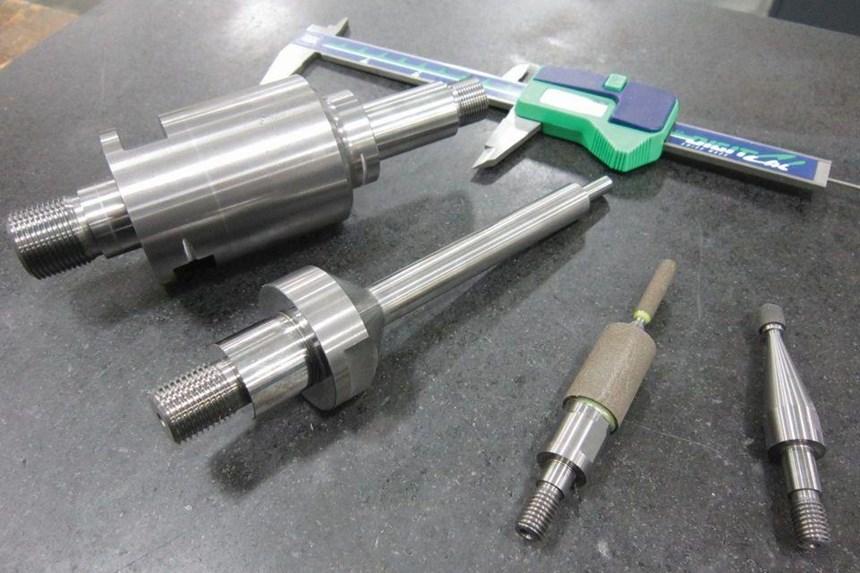El taller generalmente usa el rectificado por peeling a alta velocidad para vástagos de carburo como estos dirigidos a OEMs de rectificadoras internas.
