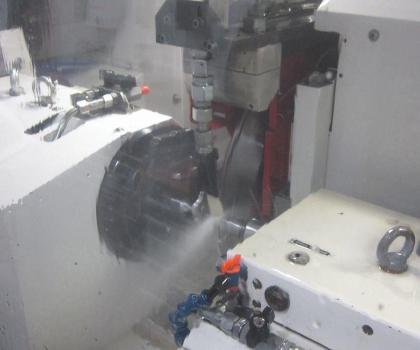 El suministro del refrigerante de aceite a alta presión es importante para asegurar que el aceite alcance el área de contacto entre la pieza de trabajo y la rueda de giro rápido, para proveer suficiente lubricación.