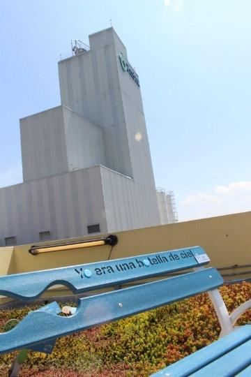 Vista de la torre de policondensación desde la azotea verde del Museo Auditorio.