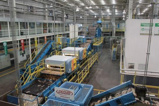La primera parte del proceso consta de un lavado de alta tecnología y molienda para producción de hojuela, con la tecnología de Amut.