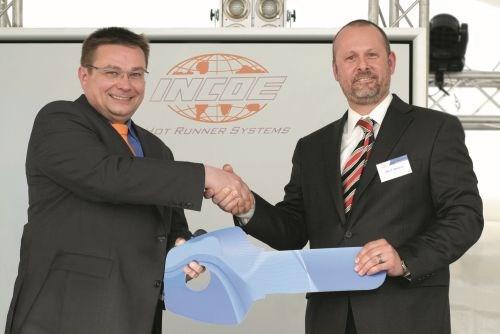 Eric J. Seres, CEO, presents key to Gunnar Gramatzki, General Manager.