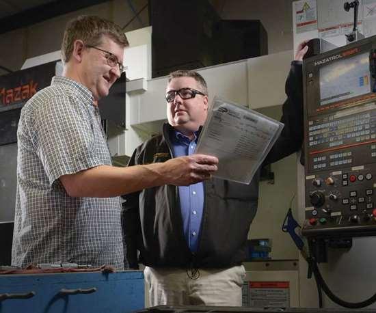 El presidente de Sarco, Paul Kline (a la izquierda), y Chris Murray, de Ingersoll,