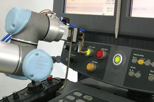 CNC control board operated by UR5