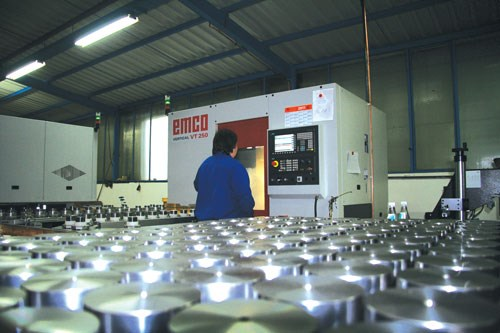 The vertical turning center offers twice the capacity thanks to half the machining time, and all with only one employee rather than two previously.
