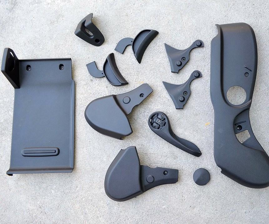 Los plásticos son importantes en las diversas piezas para el armado de los automóviles, ya que permiten a los fabricantes obtener flexibilidad en el diseño y facilidad en la producción.
