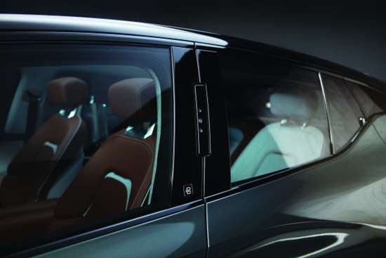 The B-pillars are fitted with three cameras that identify the driver and passenger and allow the doors to be opened.