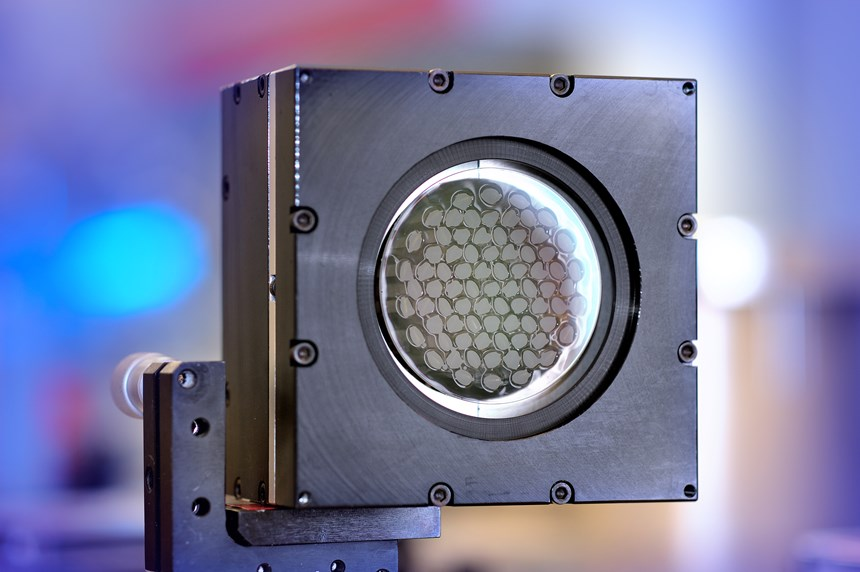 A piezoelectric deformable mirror developed for the ultraSURFACE project. The mirror is continuously adjustable to that it allows the laser beam to reshape in response to the angle of incidence on the workpiece surface. (Photo: Fraunhofer ILT)