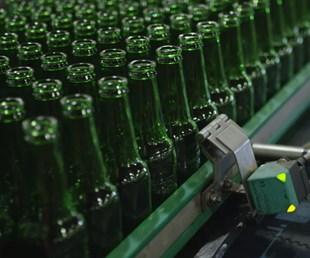heineken bottles on assembly line with 3D-printed sensor adapation
