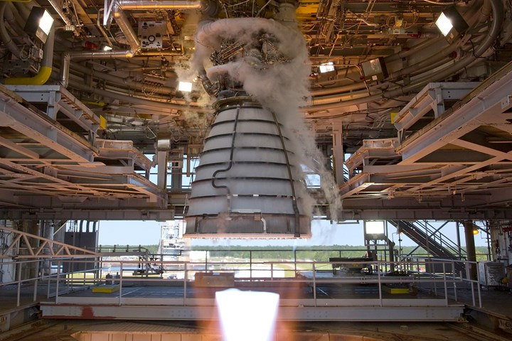 RS-25 engine hot fire test