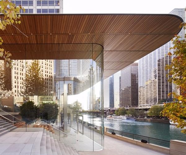 Apple Michigan Avenue, Chicago, 32-ft glass facade.