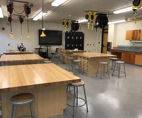 加州高中为课程图像添加了复合材料制造