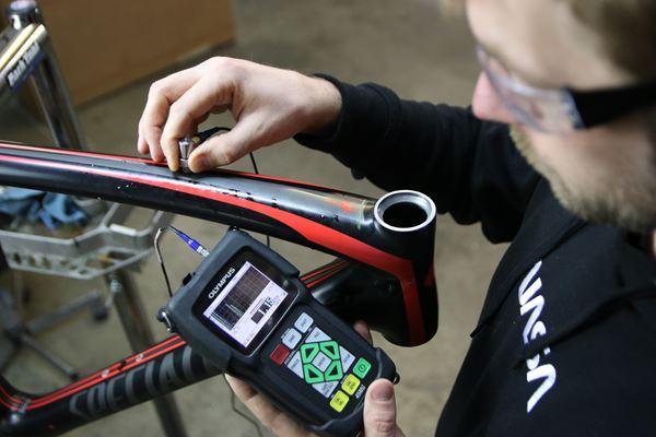 使用非破坏性测试检查,修复碳纤维自行车图像