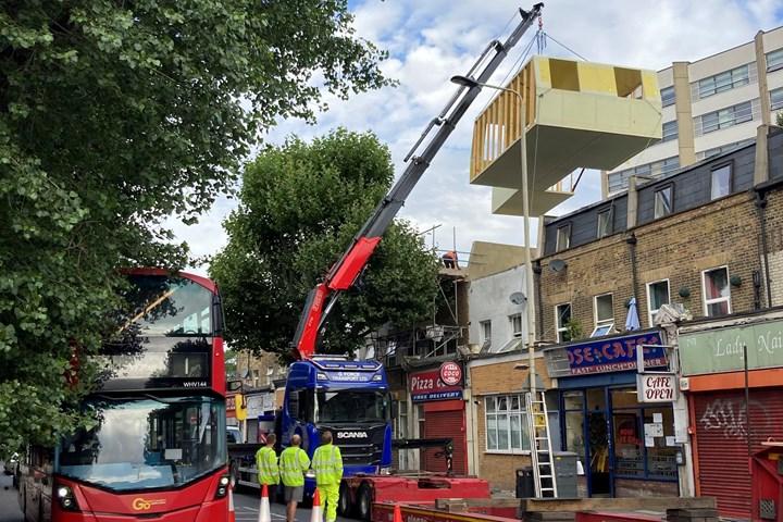 在伦敦附近安装了复合预制公寓
