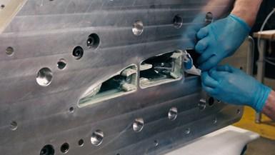 树脂转移成型碳纤维复合战术飞机示范翼