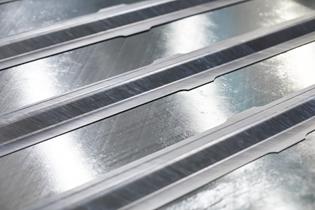 在Toray LM-PAEK中的皮肤面板上的感应焊接欧米茄桁条。照片信用:KVE Composites