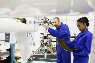 盖蒂图片:两名在飞机上工作的实验室技术人员