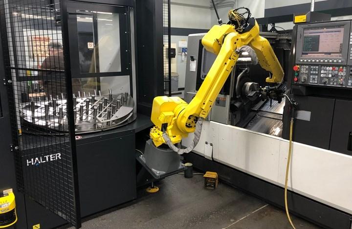 El primer robot del taller es parte de esta unidad de carga autocontenida. Los operadores pueden cargar partes en un lado de una mesa indexable, mientras el robot recoge partes del otro lado.