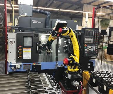 Aunque normalmente este tipo de máquina de doble husillo tiene cargadores gantry, Doosan proporcionó su máquina sin uno para permitir que el taller integre un robot industrial estándar.