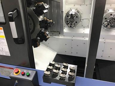 Cada uno de los dos husillos de la máquina de la celda tiene una torreta de 10 estaciones. El taller usa un sistema de portaherramientas de cambio rápido para hacer cambios rápidos de herramienta y bandejas impresas en 3D para sujetar 10 herramientas nuevas