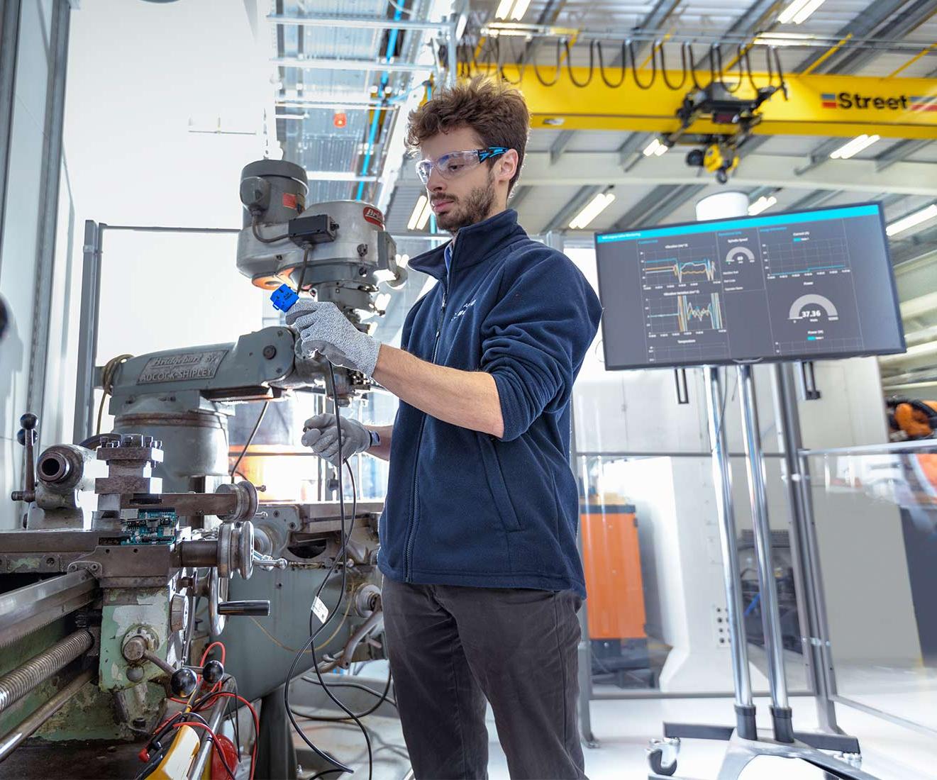 Investigadores del Centro de Investigación de Manufactura Avanzada (AMRC) de la Universidad de Sheffield demostraron que con una moderada inversión es posible digitalizar máquinas-herramienta heredadas.Foto:AMRC