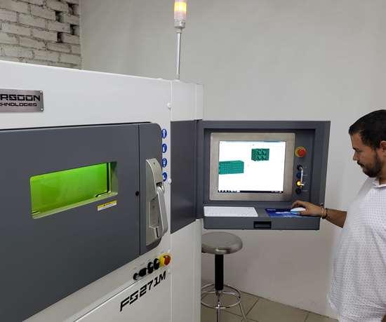 La capacidad de la máquina de impresión en 3D que tiene APM es 270 x 270 x 320 mm de altura. Se trata de una máquina de manufactura aditiva de metales, marca Farsoon modelo FS 271 A, que ofrece la capacidad de usar varios tipos de materiales sin necesidad de un costo adicional.