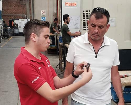 David Hernández con su hijo, quien ya es parte importante de la operación de la empresa.
