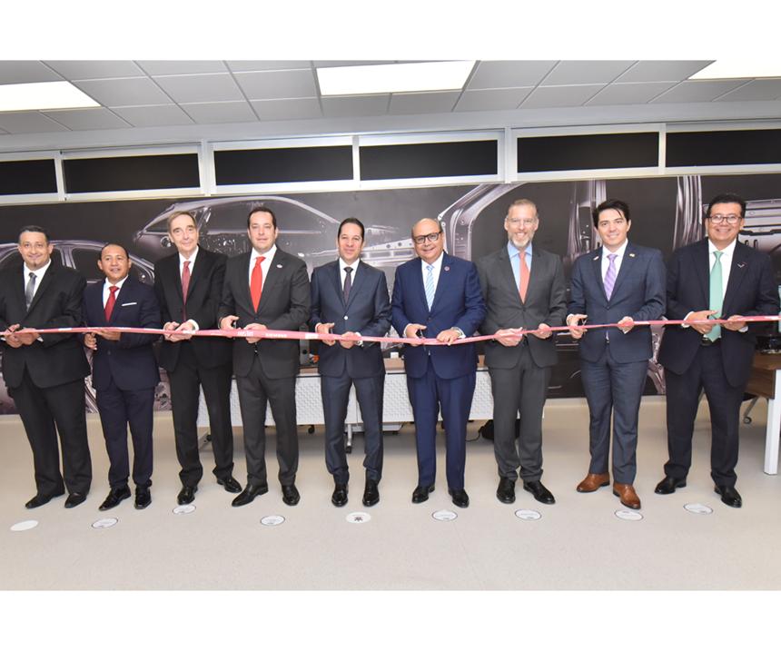 Corte del listón del nuevo laboratorio de General Motors en Querétaro.