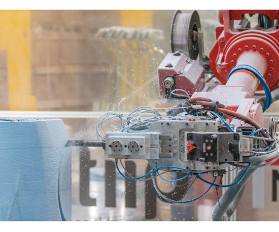 KRAKEN es capaz de producir piezas a través de manufactura aditiva, alternando deposición de material con operaciones sustractivas.