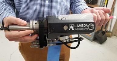 La herramienta de Lambda consta de una punta personalizada que contiene el rodamiento de rodillo y un cuerpo que se conecta directamente en el portaherramientas y el sistema hidráulico.