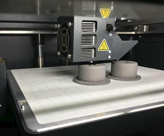 La Metal X es una impresora de fabricación de filamentos fundidos que construye partes armando capas de material, hasta que se forma la parte. Foto: Paul Hayes