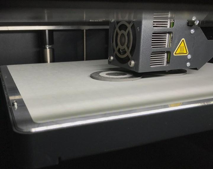 Antes de construir una parte, la impresora deja un soporte que actua como el liberador de la parte. La lámina de impresión es sujetada por vacío a la mesa de impresión para facilitar el manejo de la parte. Foto: Paul Hayes