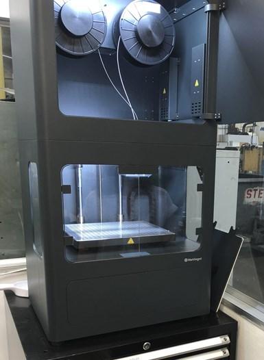 Metal X usa polvo metálico y cerámico para imprimir partes en 3D. El material viene en carretes de polvo contenido en plástico para facilitar su manejo y requerir un punto de fundición más bajo.