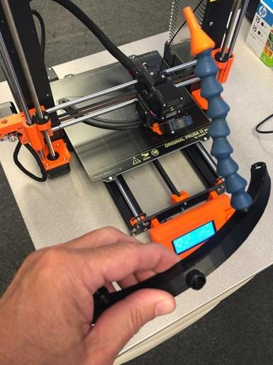 Esta fue la primera iteración de un anillo de refrigerante plástico impreso en 3D, de dos piezas, diseñado para distribuir mejor el refrigerante hacia la punta de la herramienta en la nueva mandrinadora de AbleTools.