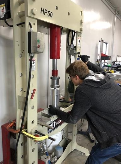 Los blancos de rotor de aluminio primero se taladran para que se pueda presionar un eje de acero en ellos.