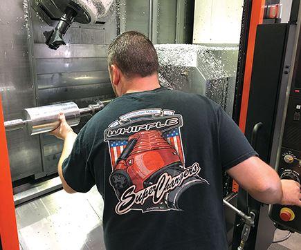 Chris Jensen es el operador principal de esta máquina. El tiempo de ciclo para los rotores macho es de 14 minutos. Los rotores hembra se completan en 20 minutos.