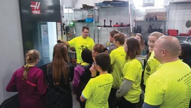Haciendo una diferencia en la comunidad local, Hastreiter recibe a 150 estudiantes de octavo grado en un recorrido por Hastreiter Industries como parte del Heavy Metal Tour, organizado por el Central Wisconsin Metal Manufacturers Alliance (CWIMMA).