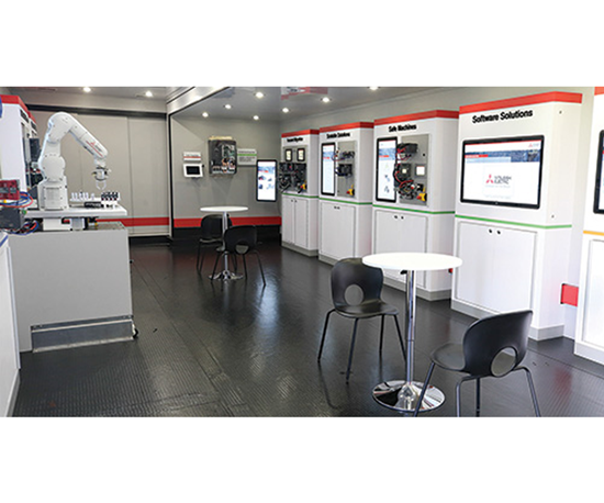 Interior del showroom móvil de Mitsubishi Electric Automation.